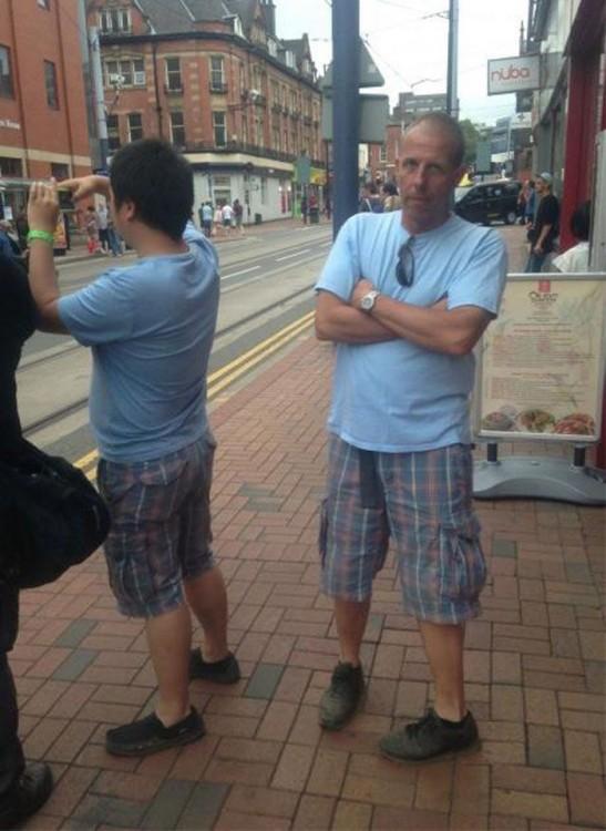 hombres visten igual durante la fila para tomar una fotografía