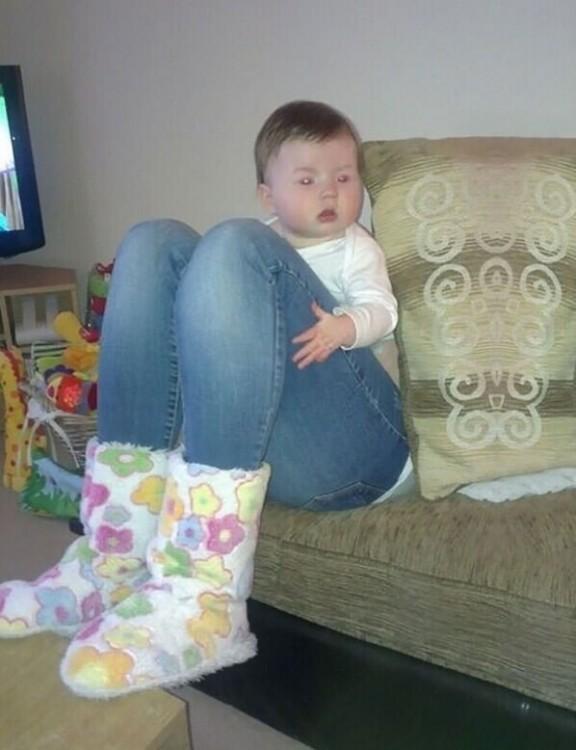 bebe parece tener piernas de adulto
