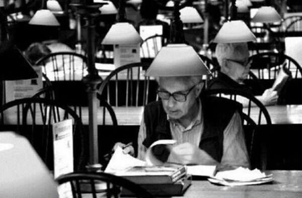 hombres vestidos igual en una biblioteca