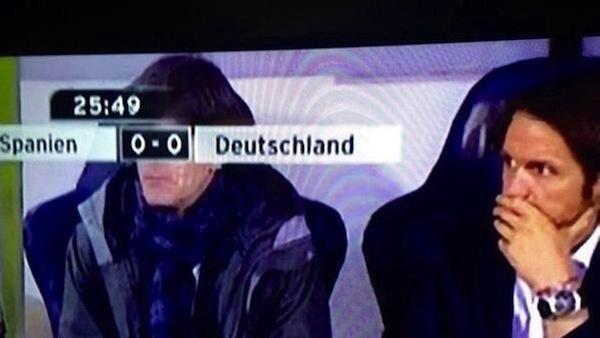 marcador del partido en la tv simulan los ojos del dt de la selección de futbol