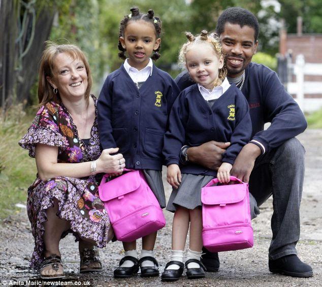papas con gemelos de diferentes razas