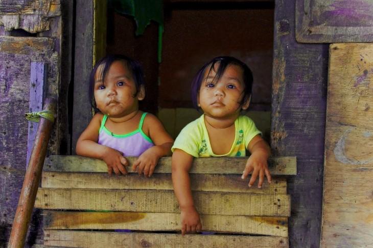 niñas gemelas asomandose a la calle