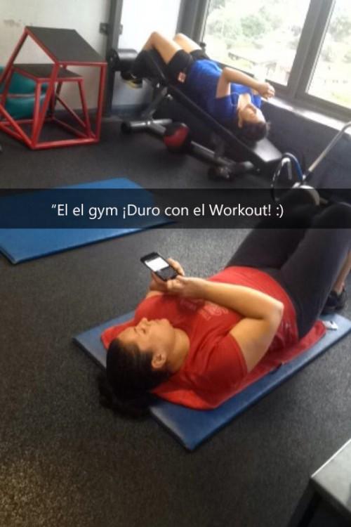 mujer en el gym escribiendo en su celular
