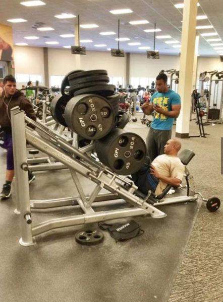 hombre carga sobrepeso en sus piernas