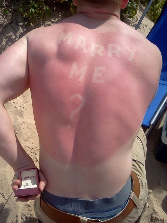 hombre propone matrimonio con tatuaje solar en su espalda en forma de corazon