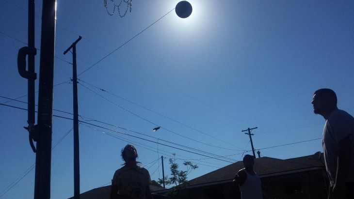 jugando a la pelota a contra luz