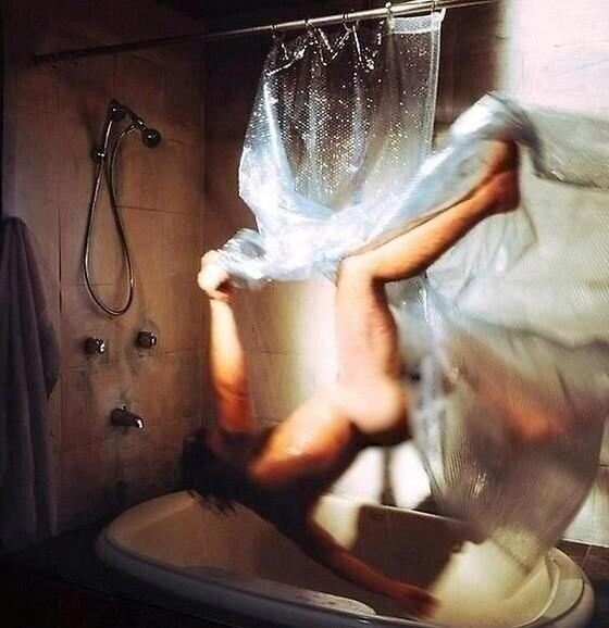 hombre se cae en la bañera