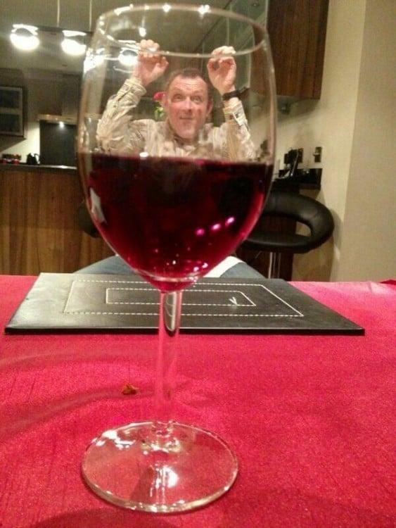 hombre finge montarse a una copa