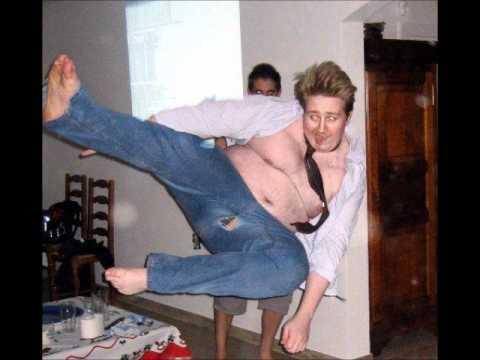 a hombre se le rompe el pantalon mientras intenta patada ninja