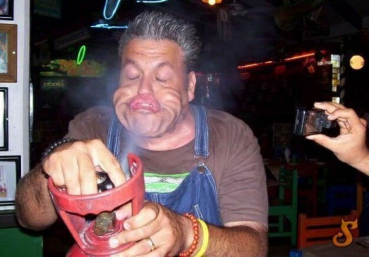 hombre abre el tanque de gas y se le mueve toda la cara