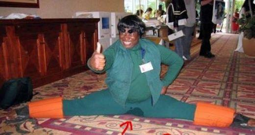 hombre se orina al abriser de piernas para mostrar su elasticidad y disfraz cosplay