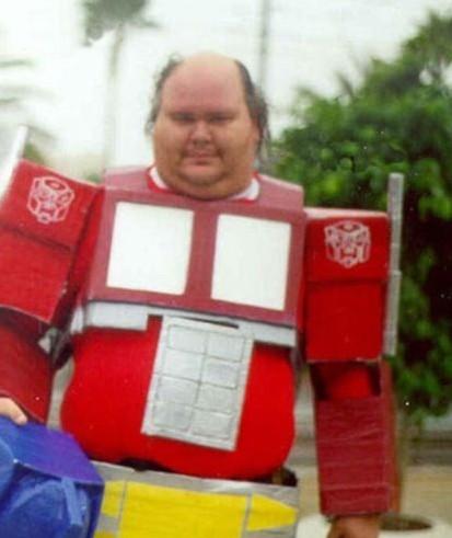 hombre disfrazado de optimus prime