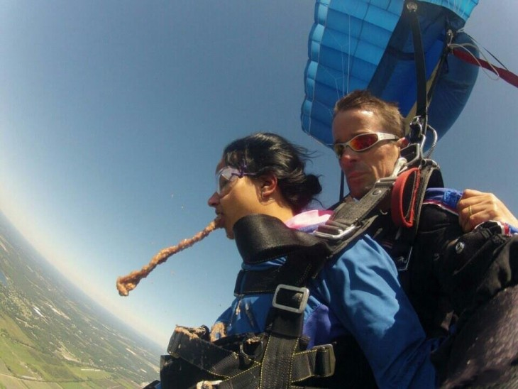mujer vomita mientras pasea en parachute