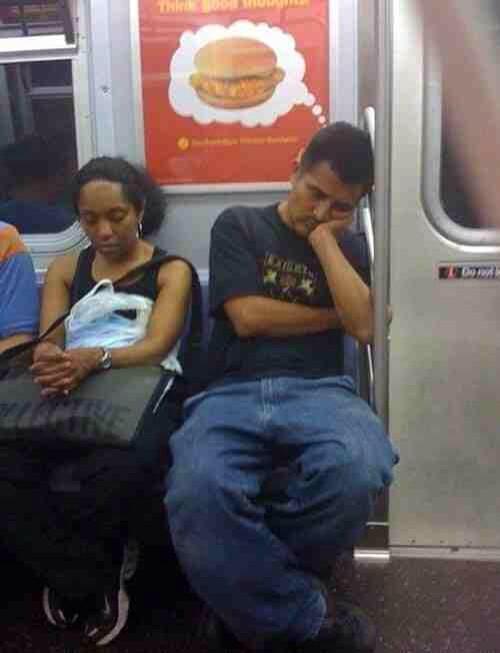 hombre ene elmetro dormido