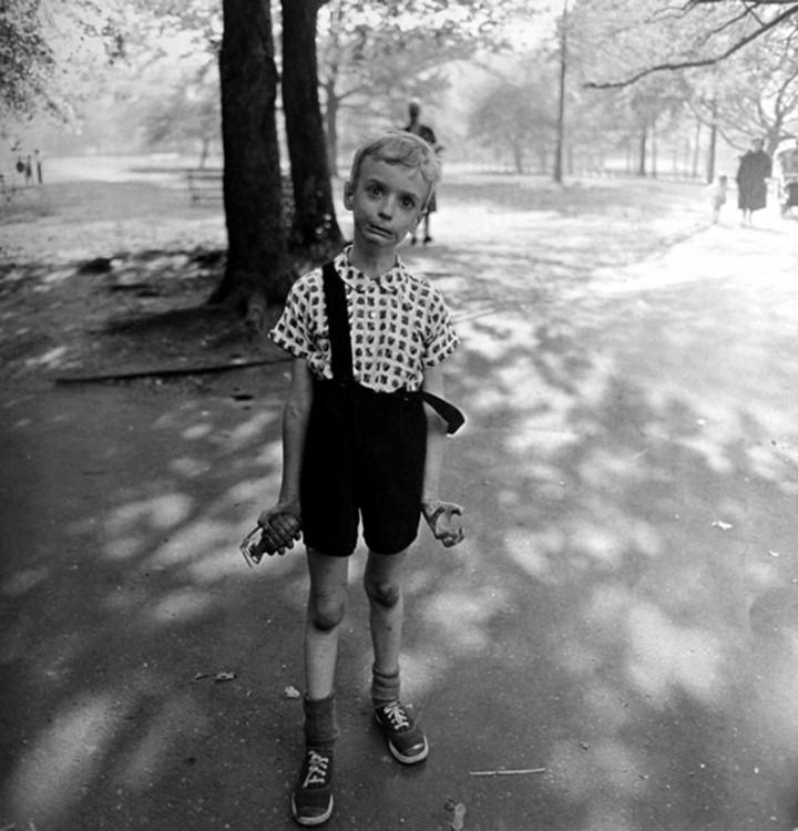 niño con una granada en la mano