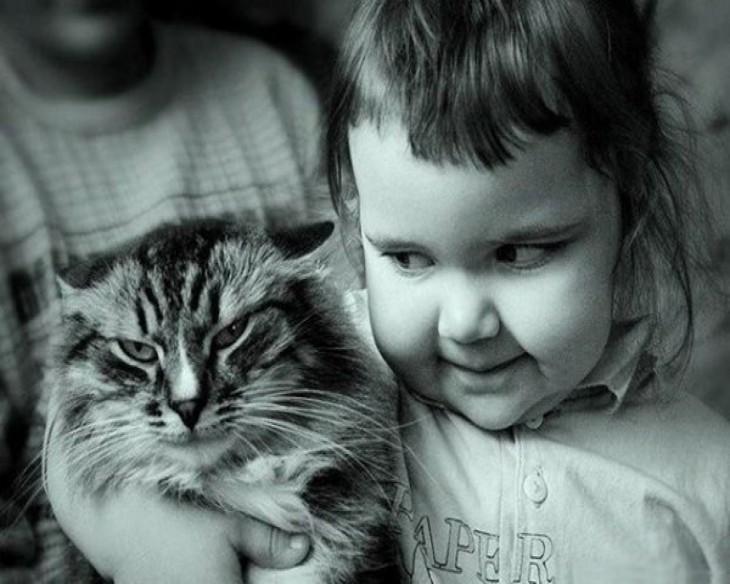 niño planeando algo para el gato