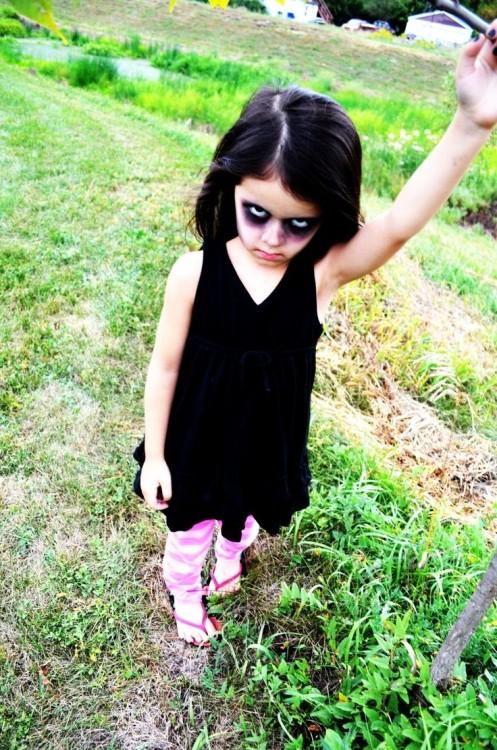 niña malvada vestida de halloween merlina
