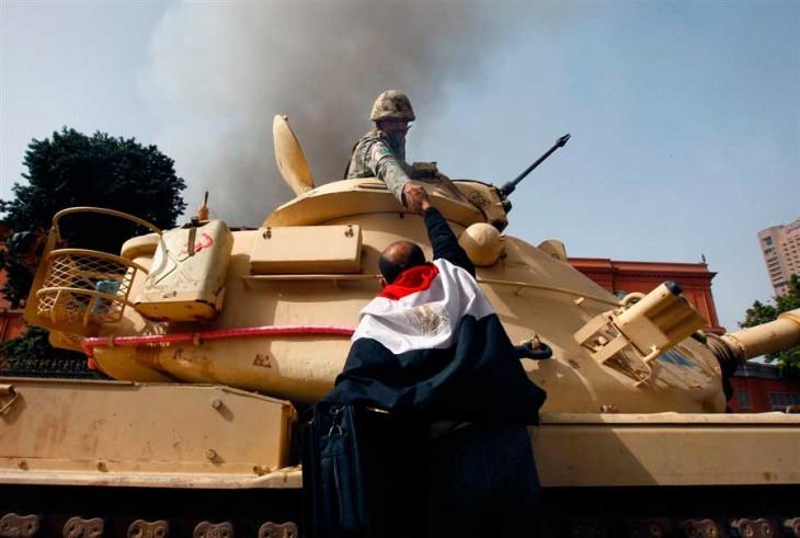EGIPCIOS FELICITAN A SOLDADOS POR NO ATACAR A LOS CIVILES 2011