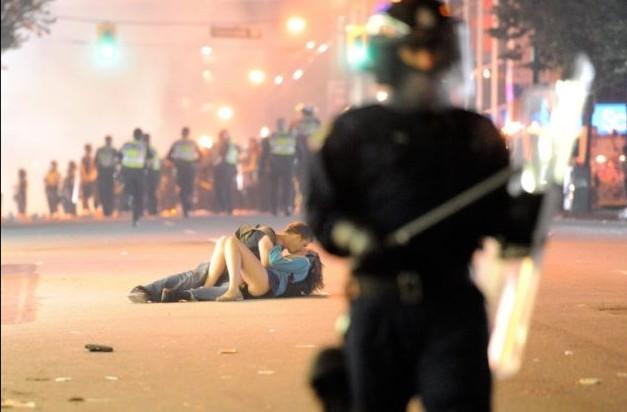 Hombre besa a su novia, Cánada 2011