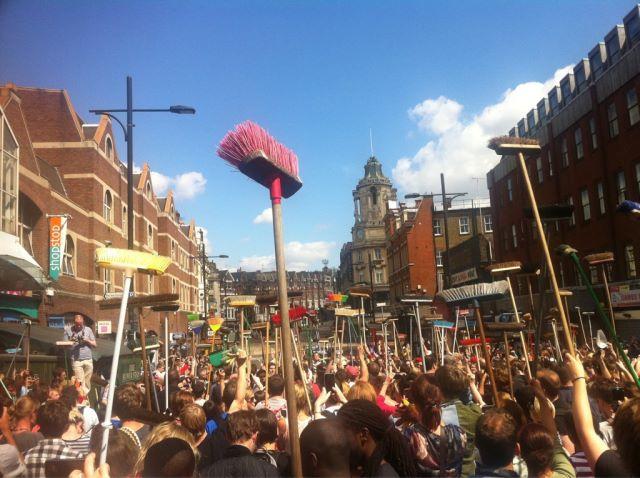 Ciudadanos se organizan para limpiar las calles después de protestas, Inglaterra 2011