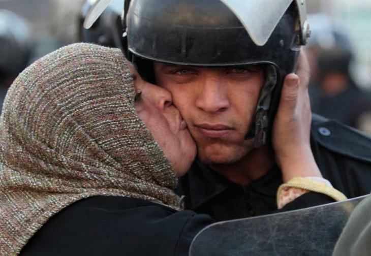 Egipcia besa a un policía durante la revolución del gobierno de Mubarak, 2011