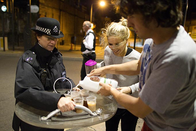 Civiles ofrecen té y leche a policías británicos, 2011