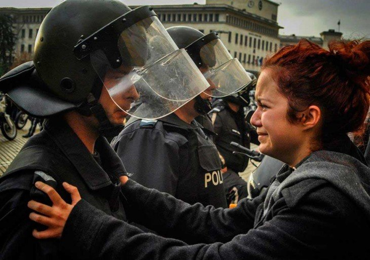 Un policía y un manifestante, Bulgaria 2013