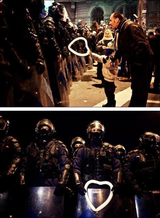 niño ofrece globo en forma de corazon a policia