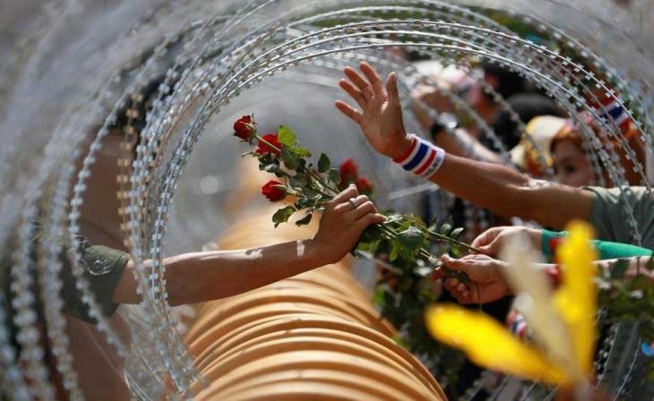 Manifestante antigobierno le ofrece una rosa a soldado, Tailandia 2013