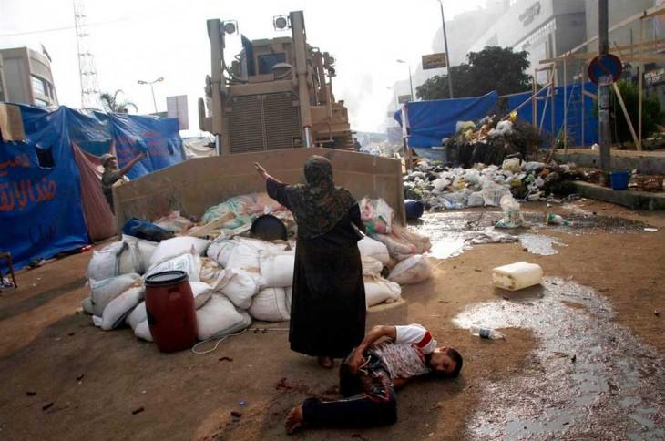 Mujer egipcia defiende a protestante herido por un Bulldozer, Egipto 2013