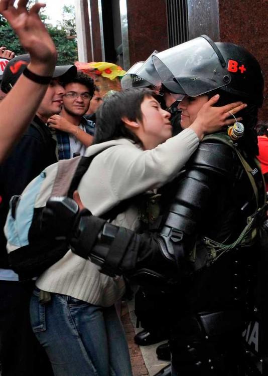 12. Estudiante en protesta por reformas a la educación besa a oficial, Colombia 2011