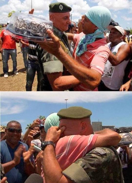 Manifestante en Brasil le entrega un pastel a un oficial en su cumpleaños. Brasil, 2013.