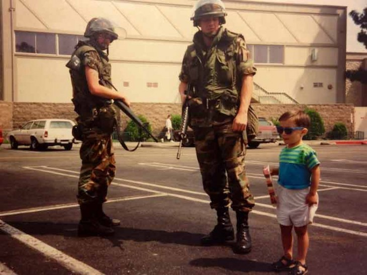 Niño posa con miembros de la Guardia Nacional durante protestas en Los Angeles, EEUU.