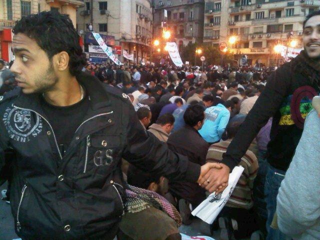 manifestantes cristianos protegen a musulmanes miestras rezan