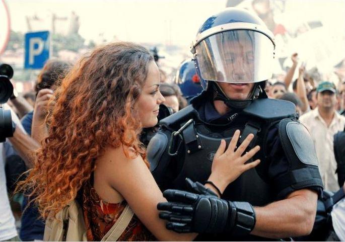 manifestante abraza a policia en lisboa portugal 2012