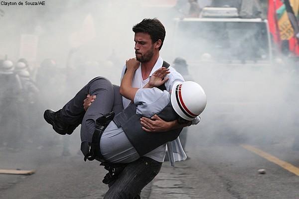 Manifestante cuida a policía herido durante las protestas en Sao Paulo, 2012