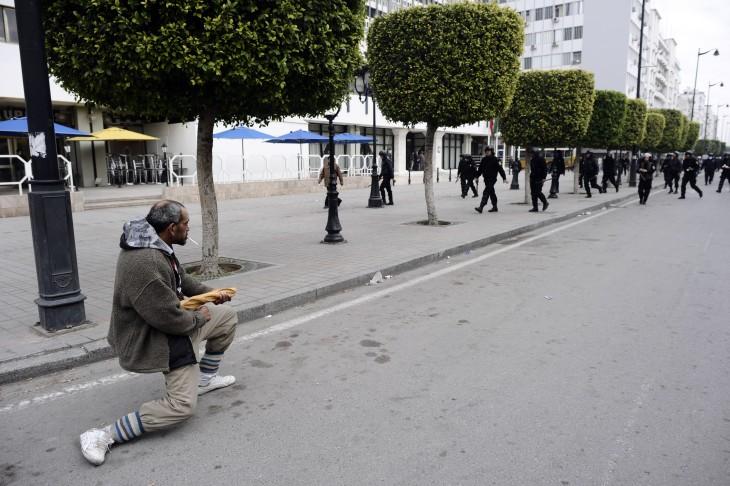 HOMBRE ATACA A POLICIAS CON UN BAGGUETTE