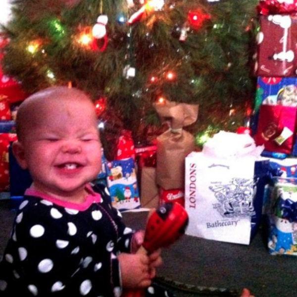 niño feliz de haber encontrado el regalo prometido por sus padres