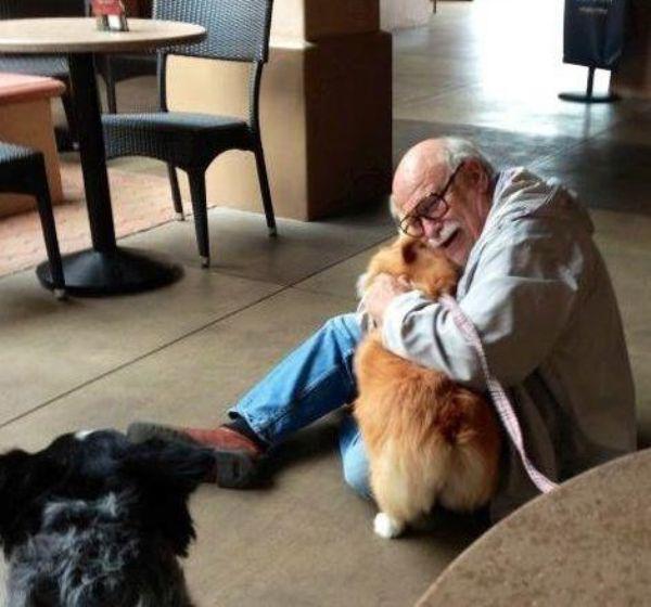 hombre mayor feliz de ver a su perro de nuevo