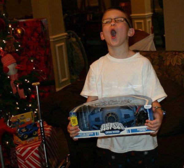 niño feliz de tener el juguete que le prometieron