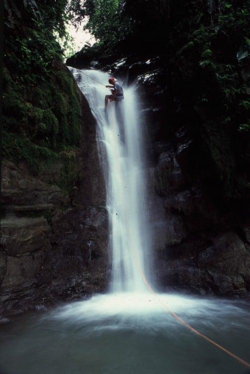 Chico practicando Rappel en Selva Bananito, Montañas de Talamanca en el Caribe de Costa Rica