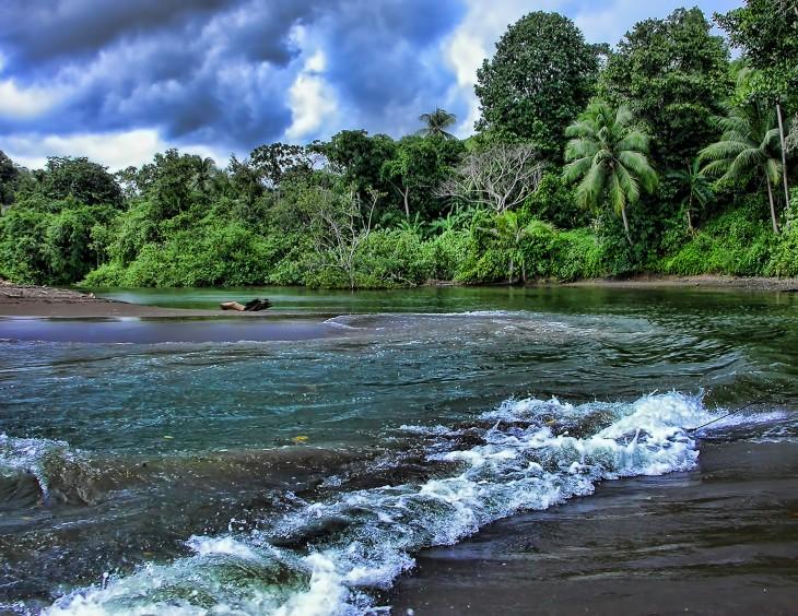 Río Aguajitas en la Península de Osa Pacífico, Costa Rica