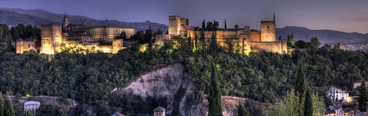 Alhambra ciudad paulatina formada por palacios y jardines en Granada, España