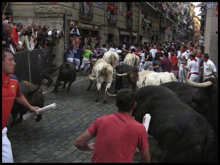 Encierro en los festivales de San Fermín en Pamplona, España