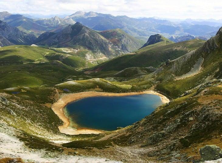 Lago Ausente en el Puerto de San Isidro en la Cordillera Cantábrica de la provincia de León, España