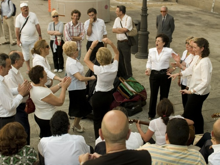 Gente cantando y bailando en medio de la calle en Madrid, España