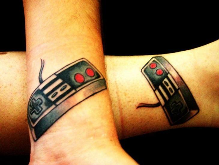 controles de nintendo como tatuaje para parejas
