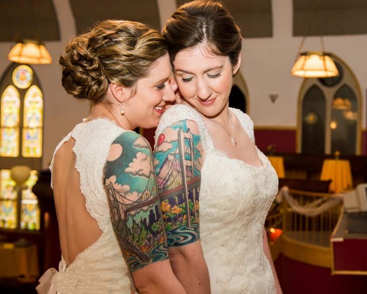 tatuaje pareja puente mujeres boda