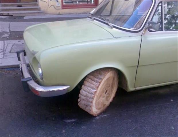 carro con llantas de madera