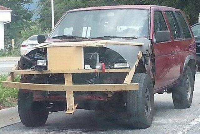 carro con un frente hecho a base de madera y otros elementos